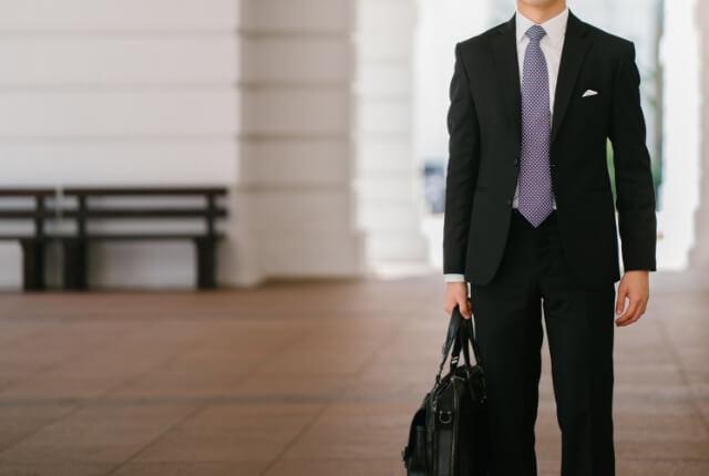 クローゼットにしまったままのいつも着ているスーツ