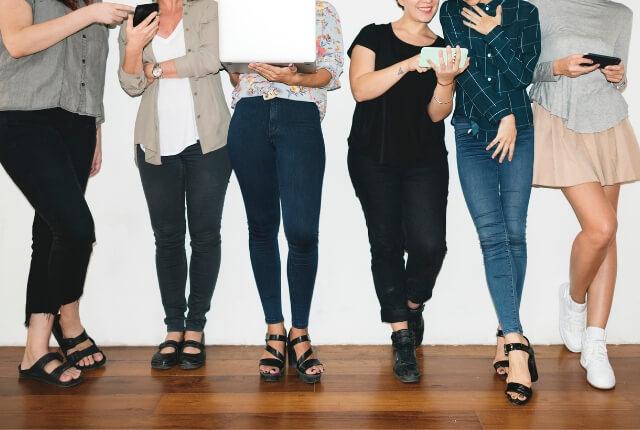 お見合い用の洋服を相談する女性たち