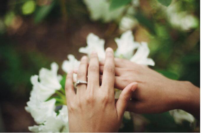 重ね合わせた幸せな2人の手