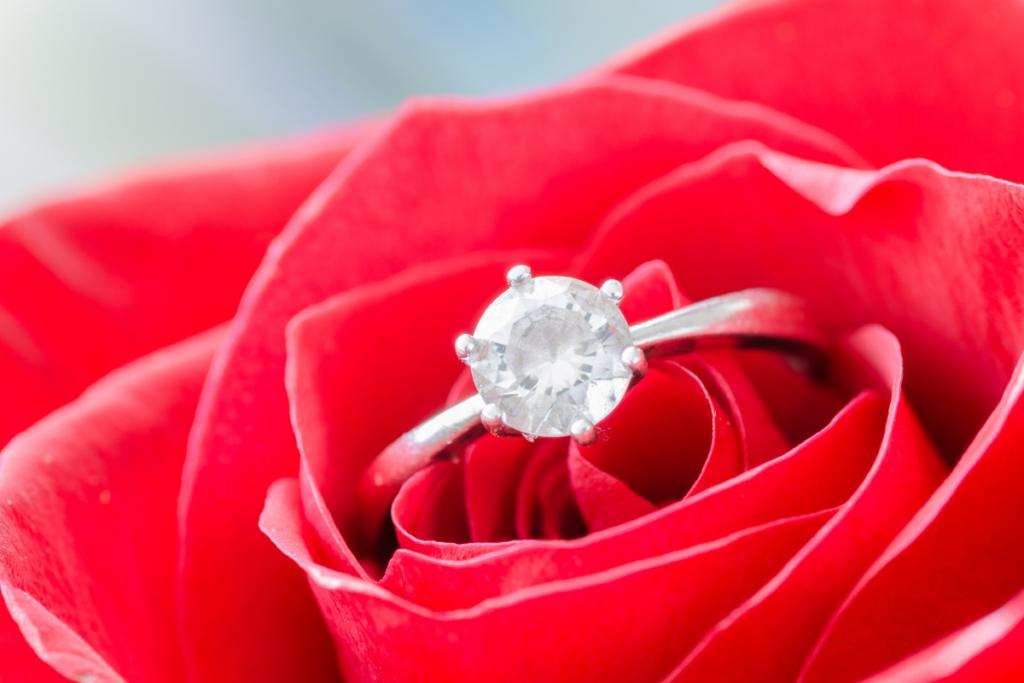 指輪とバラの花